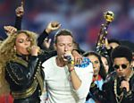 Beyoncé canta ao lado de Chris Martin, e Bruno Mars (à dir.) no show do intervalo do Super Bowl 50