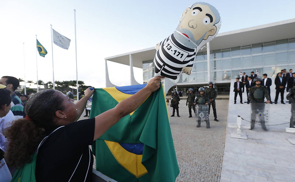 Grupos pr�-impeachment protestam no Planalto