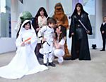 Luciana e Lorenzo, de stormtrooper, posam com personagens do filme