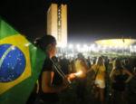 Manifestante acendem velas em frente ao Palácio do Planalto em protesto após a posse de Lula como ministro da Casa Civil