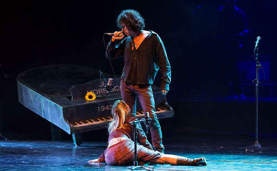 "Eriberto Leão interpreta fã obcecado por Jim Morrison, líder do The Doors, no musical ""Jim""; Renata Guida também está no elenco"
