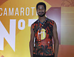O ator Alfie Enoch, da série 'How To Get Away With Murder', também assistiu ao desfile do camarote