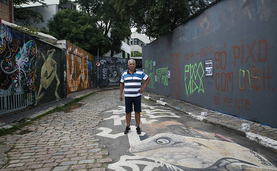 Muro cinza no Beco do Batman