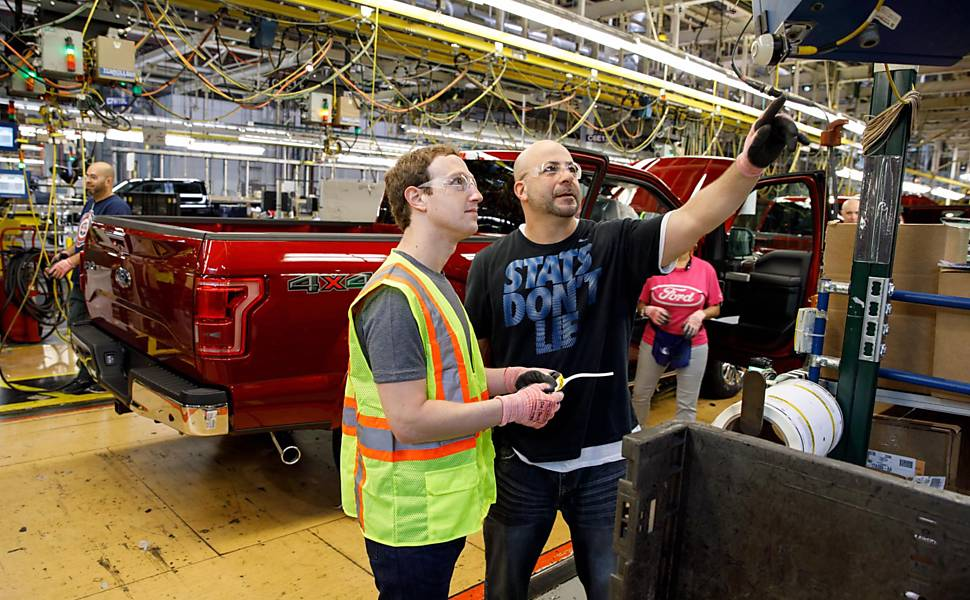Fundador do Facebook Marck Zuckerberg visita fábrica da Ford em Detroit