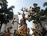 Dançarinos se apresentam em feira que comemora o Dia Nacional de Educação, em Jacarta, Indonésia