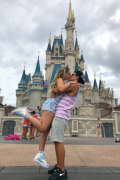 Larissa Manoela e Thomaz Costa no Magic Kingdom, em Orlando