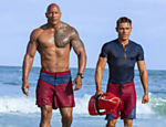 "Dwayne Johnson como Mitch Buchannon, à esquerda, e Zac Efron como Matt Brody, em cena do ""Baywatch"""