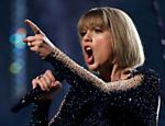 "Taylor Swift canta ""Out of the Woods"" no 58º Grammy Awards"