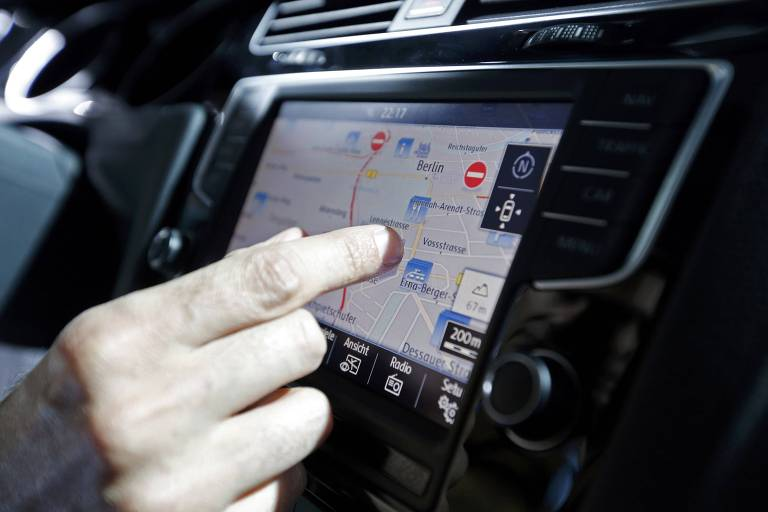 Visitante testa o novo sistema de navega��o do novo Golf da Volkswagen, durante a cerim�nia de lan�amento, em Berlim (Alemanha). ORG XMIT: RSS35 A guest checks the navigation system of a new Volkswagen Golf model during the launch ceremony in Berlin September 4, 2012. The new model is planned to go on sale across Europe in November, replacing the 2008 sixth-generation model. Volkswagen is hoping a sleek makeover will keep its Golf in the best-selling compact car spot, helping the German automaker overtake Toyota and GM as the world leaders. REUTERS/Fabrizio Bensch (GERMANY - Tags: TRANSPORT BUSINESS)