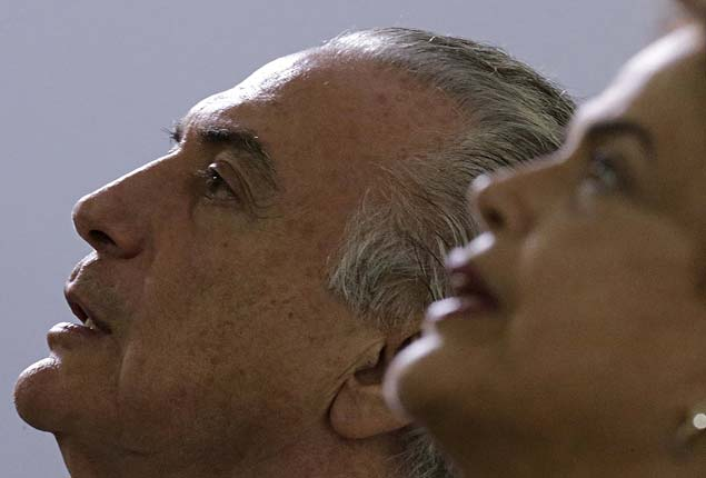 GALERIA TRAJET�RIA MICHEL TEMER - Brazil's President Dilma Rousseff (R) and Vice President Michel Temer listen to Brazil's national anthem before an annual lunch with general officers in Brasilia, Brazil, December 16, 2015 in this file photo. President Dilma Rousseff's opponents within her main coalition partner, the fractious Brazilian Democratic Movement Party (PMDB), are losing hope that they can impeach the leftist leader and replace her with their man, Vice President Michel Temer. A Supreme Court ruling last month that expanded the authority of the
