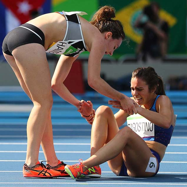 2016 Rio Olympics - Athletics - Preliminary - Women's 5000m Round 1 - Olympic Stadium - Rio de Janeiro, Brazil - 16/08/2016. Nikki Hamblin (NZL) of New Zealand stops running during the race to help fellow competitor Abbey D'Agostino (USA) of USA after D'Agostino suffered a cramp. REUTERS/Kai Pfaffenbach TPX IMAGES OF THE DAY FOR EDITORIAL USE ONLY. NOT FOR SALE FOR MARKETING OR ADVERTISING CAMPAIGNS. ORG XMIT: VP805