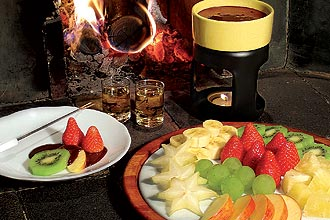 Florina serve fondue de chocolate (foto)acompanhado por frutas frescas, como morango, banana, uva, abacaxi, ma e carambola