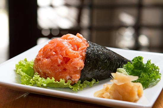 Na Temakeria e Cia., o temaki de salmo tradicional (foto) pode vir com peixe batido ou em cubos