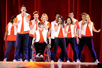 "Os alunos cantores do col�gio McKinley High, no seriado ""Glee"", inspiram festada Trash 80's, com direito a performances no palco"
