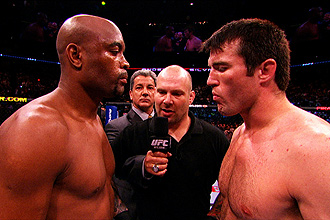 Anderson Silva e Chael Sonnen durante disputa do cintur�o de peso m�dio do Ultimate Fighting Championship (UFC)