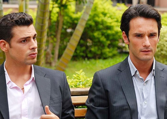 Cau Reymond (esq.) e Rodrigo Santoro (dir.) em cena de &quot;Meu Pas&quot;, que ter sesso grtis segunda, no Sesi