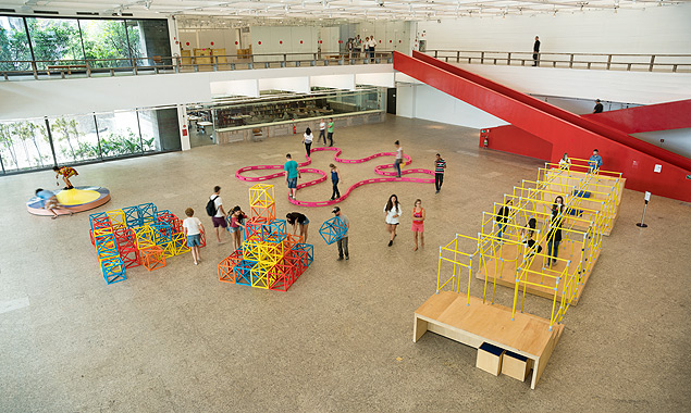 "Obras da mostra ""Playgrounds"" no subsolo do Masp"