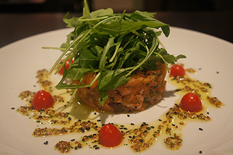 Salada tartare de salmo (foto), que custa R$ 32, integra o menu do restaurante Ja, inaugurado nos Jardins (zona oeste de So Paulo) 