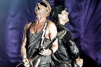 Rudolf Schenker (esq.) e Mathias Jabs, da banda alem Scorpions, se apresentam em So Paulo em setembro