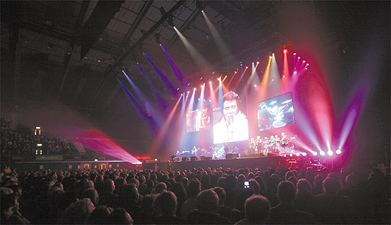 "Cena do projeto ""Elvis in Concert"", que conta com proje��es de shows do astro do rock"