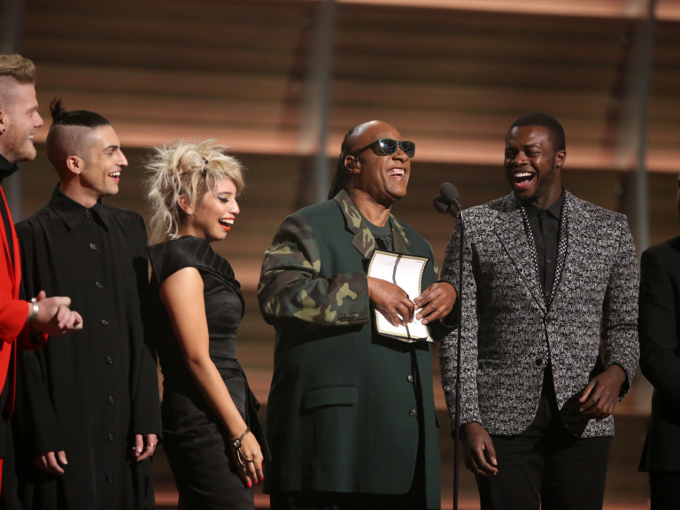 Stevie Wonder anuncia o vencedor na categoria melhor música do ano no Grammy, em Los Angeles