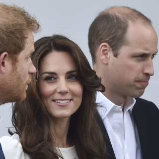 Britain's Prince William, The Duke of Cambridge (R) his wife Catherine, the Duchess of Cambridge and Prince Harry arrive at the launch of their Heads Together campaign to eliminate stigma on mental health at Queen Elizabeth Olympic Park, in London, Britain, May 16, 2016. REUTERS/Toby Melville ORG XMIT: TOB507