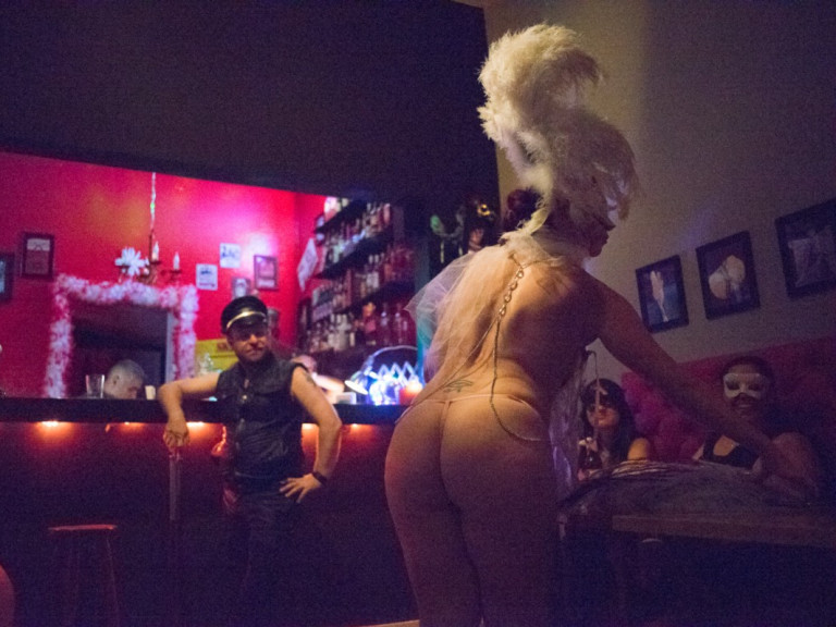 Atriz realiza performance no bar Dominatrix