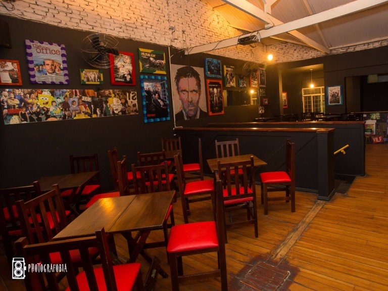 Ambiente do bar Season One, inspirado em séries