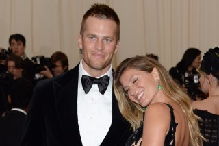 O jogador de futebol americano Tom Brady ao lado da sua esposa, a top Gisele Bundchen, durante baile de gala, no Metropolitan Museum of Art, em Nova York (EUA). *** Tom Brady, left, and Gisele Bundchen attend The Metropolitan Museum of Art's Costume Institute benefit gala celebrating