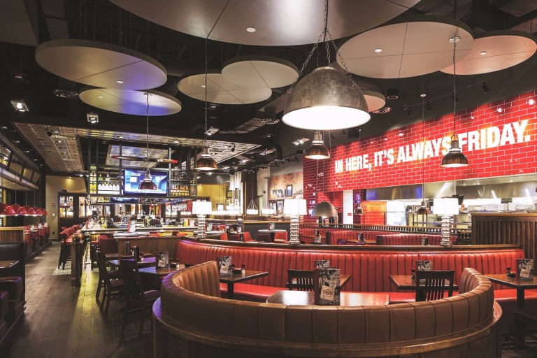 Ambiente do TGI Fridays nos Estados Unidos