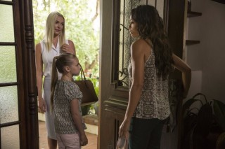 Legenda: This image released by Warner Bros. Pictures shows Katherine Heigl, from left, Isabella Kai Rice and Rosario Dawson in a scene from,