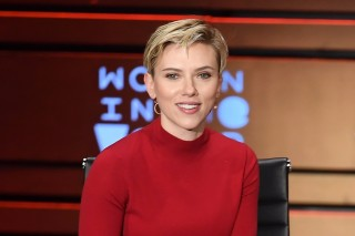 Actress Scarlett Johansson speaks at the Eighth Annual Women In The World Summit at Lincoln Center for the Performing Arts on April 6, 2017 in New York. / AFP PHOTO / ANGELA WEISS ORG XMIT: 01