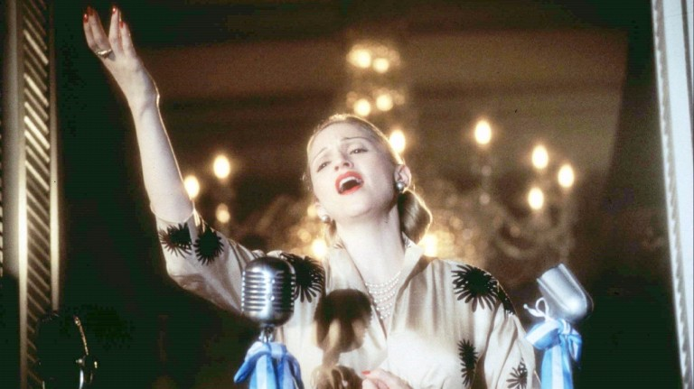 """Cena do filme """"Evita"""": Madonna sings in the role of Eva Perón in the movie """"Evita"""". The never-shy pop diva said she would be nominated for an Oscar for her role in the film, and Hollywood is waiting t"""
