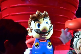 A sculpture of Nintendo icon Super Mario proves popular for selfies and photo ops at the Los Angeles Convention center on day one of E3 2017, the three day Electronic Entertainment Expo, one of the biggest events in the gaming industry calendar, on June 13, 2017 in Los Angeles, California. / AFP PHOTO / FREDERIC J. BROWN