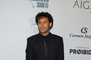 Neymar posa para fotos antes do leilão do Instituto Neymar Jr