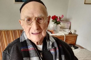 (FILES) This file photo taken on January 22, 2016 shows Yisrael Kristal sitting in his home in the Israeli city of Haifa. Israeli Holocaust survivor Yisrael Kristal, certified last year by Guinness World Records as the world's oldest man, died on August 11, 2017 aged 113, Israeli media reported. / AFP PHOTO / SHULA KOPERSHTOUK ORG XMIT: TCX637 *** ****