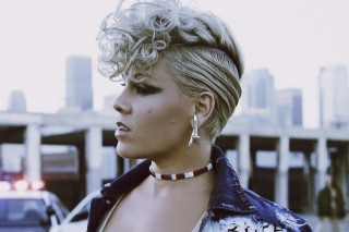 Pink, com figurino usado no clipe 'What About Us'