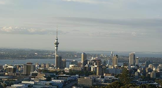 Auckland é uma das maiores cidades da oceania e recebe turistas de todo o mundo