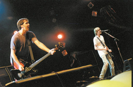 Krist Novoselic (à esq.) e Kurt Cobain, integrantes do Nirvana, durante show do Hollywood Rock realizado no estádio do Morumbi, em 1993 (São Paulo, SP, 17.01.1993, foto Paulo Giandália/Folhapress)