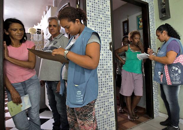 SÃO PAULO, SP, BRASIL, 23-01-2018 - SENHA PARA VACINA FEBRE AMARELA - Agentes de Saúde entregam senhas para Maria Helena de Oliveira, 53 anos, e conceição Aparecida de Sousa, 55 anos. Prefeitura de SP vai distribuir senhas em domicílios para vacina fracionada da febre amarela. (Foto: Ronny Santos/Folhapress, CIDADES) ***EXCLUSIVO AGORA *** EMBARGADA PARA VEICULOS ONLINE *** UOL E FOLHA.COM CONSULTAR FOTOGRAFIA DO AGORA *** FOLHAPRESS CONSULTAR FOTOGRAFIA AGORA *** FONES 3224 2169 * 3224 3342 ***