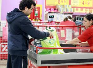 Consumidor coloca compras em sacola retornável em supermercado de SP