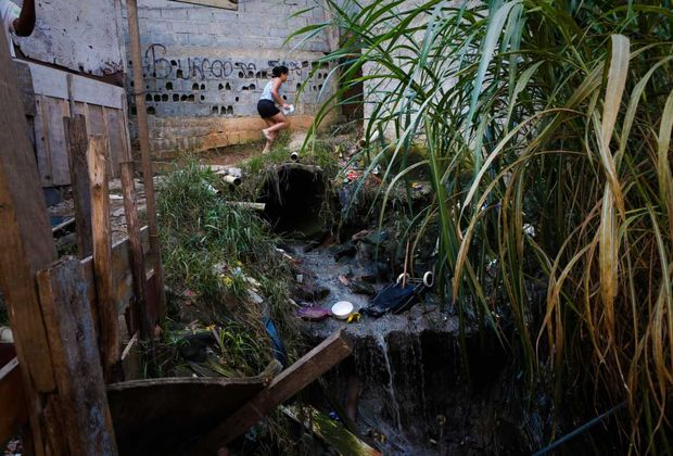 Moradores de São Mateus, na zona leste de São Paulo (SP), convivem a três anos ao lado de fossa a céu aberto na favela do Tanque. No ritmo atual, o Brasil demoraria 129 anos para cumprir metas federais de universalização do saneamento básico