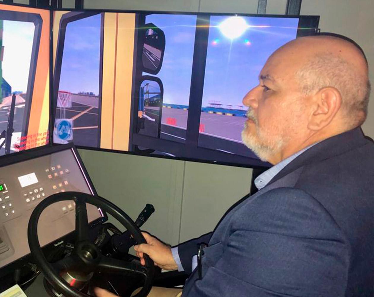 Ricardo Molitzas testa simulador de operação decontêineres na MPA