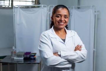 Auxiliar de enfermagem cruza a cidade em busca de seu sonho