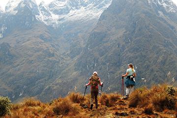 Aventureiro pode escolher trem ou caminhada para chegar a Machu Picchu
