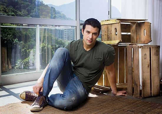 O ator Sergio Marone em sua casa, no Rio