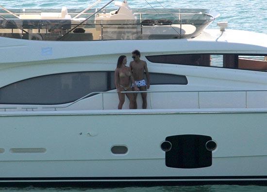Neymar com a modelo Carol Abranches em iate, diferente do que comprou, no Guarujá