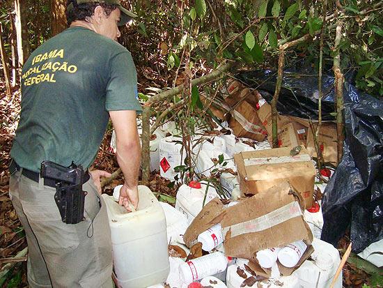 Agrotóxicos apreendidos na Amazônia seriam usados para devastar floresta, desfolhando as árvores