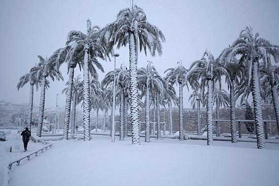 Vinte centímetros de neve caíram nesta semana em Jerusalém, cobrindo as ruas e até as palmeiras; tempestade foi a pior em 20 anos
