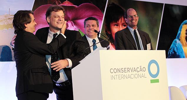 André Guimarães e Fabio Scarano, dirigentes da ONG Conservação Internacional, se abraçam durante abertura do evento